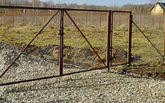 Забор на даче сетка рабица